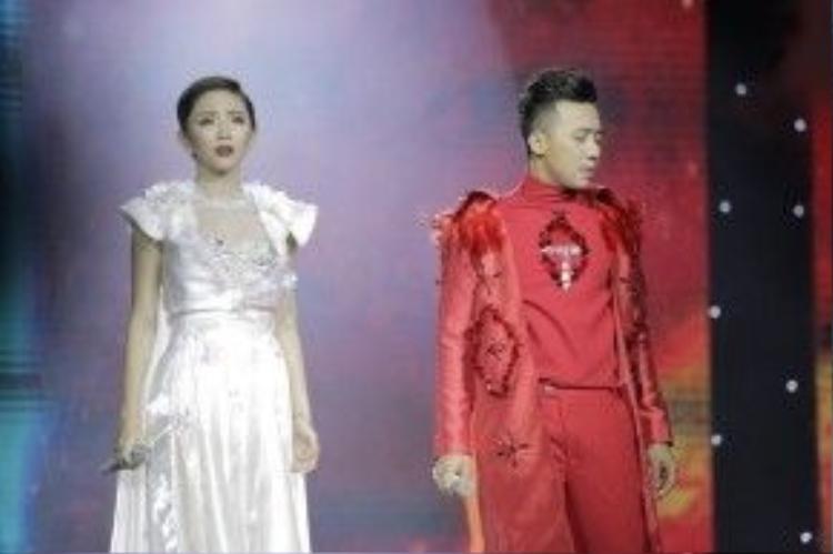 Màn song ca với Tóc Tiên cho ca khúc Dừng lại ở đây - một sáng tác rất mới của nhạc sĩ Tăng Nhật Tuệ lần đầu tiên được thể hiện trên sân khấu.