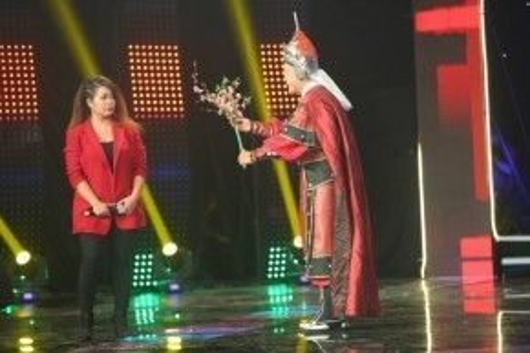 Sau phần thi của Ngọc Hân, MC Lý Hùng đã bất ngờ mặc trang phục của nhân vật vua Quang Trung trong bộ phim Tây Sơn Hào Kiệt chạy lên sân khấu tặng cành hoa đào cho thí sinh Ngọc Hân.