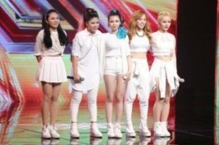 Nhóm S Girl bước vào vòng kế tiếp trong sự cổ vũ từ khán giả.