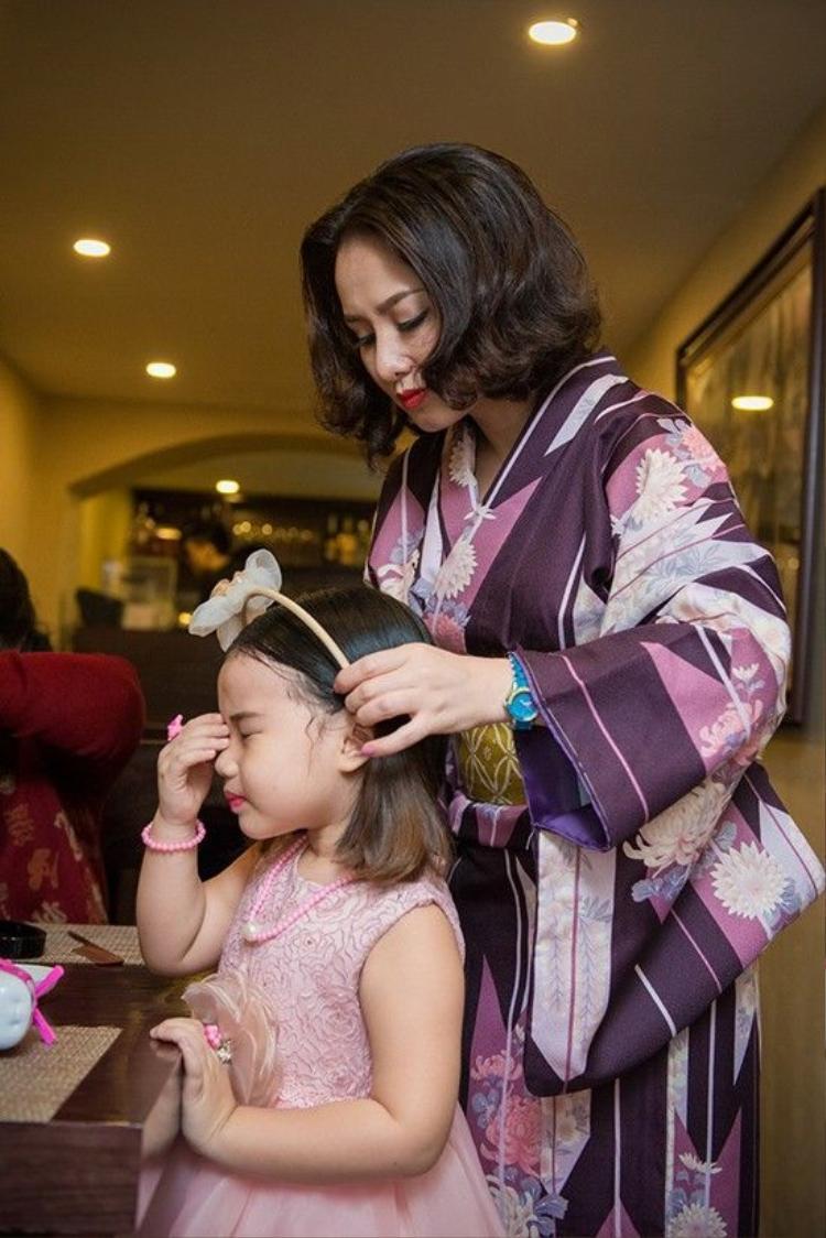 Con gái MC Thành Trung tự tin tạo dáng trước ống kính