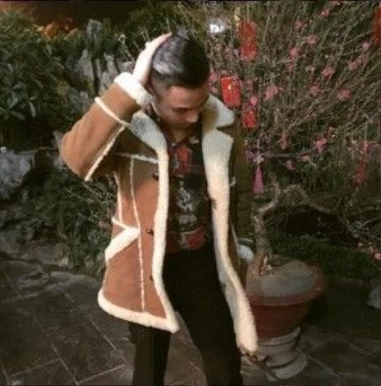 Áo khoác da lộn của Ralph Lauren mà anh chàng diện có giá hơn 10.000 USD.