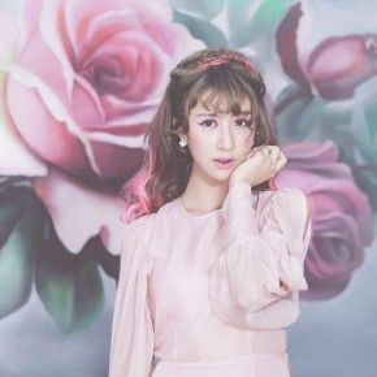 Quỳnh Anh vừa trở lại với clip make up mới cực nữ tính trông tông hồng. Với mái tóc được bính đuôi cá và buông xõa màu nâu sáng này trông cô nàng chẳng khác gì cô bạn Pony phù thủy make up xứ Hàn là bao.