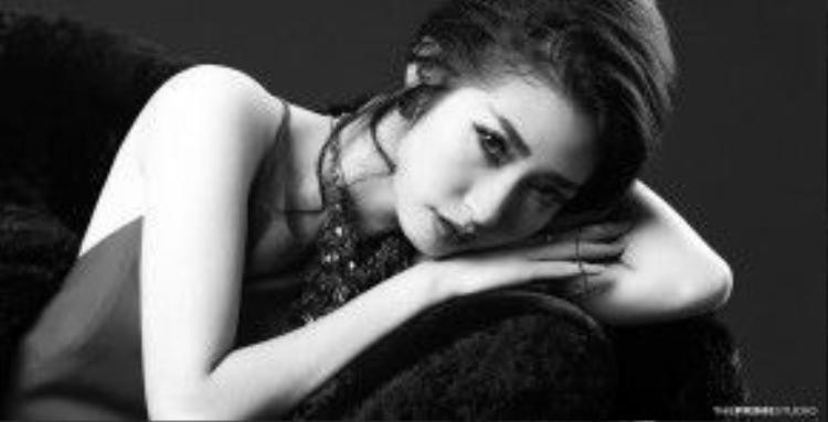 Trong khi đó người đẹp Khổng Tú Quỳnh lại chọn lựa hình tượng gợi cảm hơn với mái tóc búi buông lơi vài sợi tóc trông cực kỳ thu hút.
