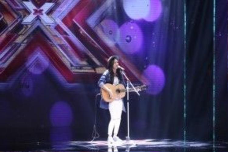 Cô nhanh chóng thu hút mọi ánh nhìn không chỉ bởi ngoại hình sáng sân khấu mà giọng hát cũng vô cùng truyền cảm.