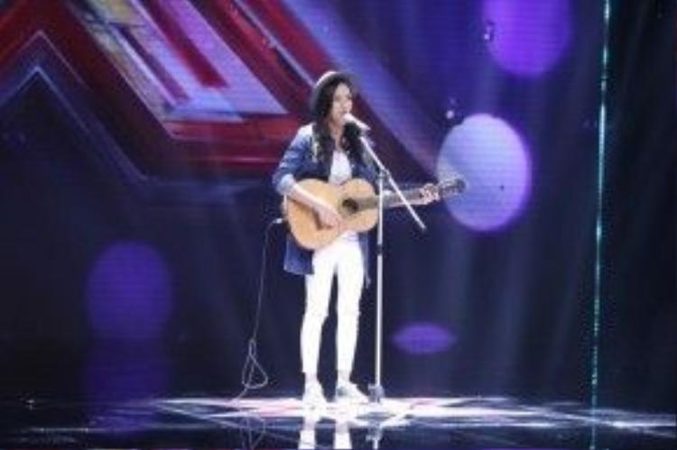 Ngoài khả nănghát, sáng tác, cô nàng còn thể hiện tài chơi đànguitar 'khá mượt' của mình.