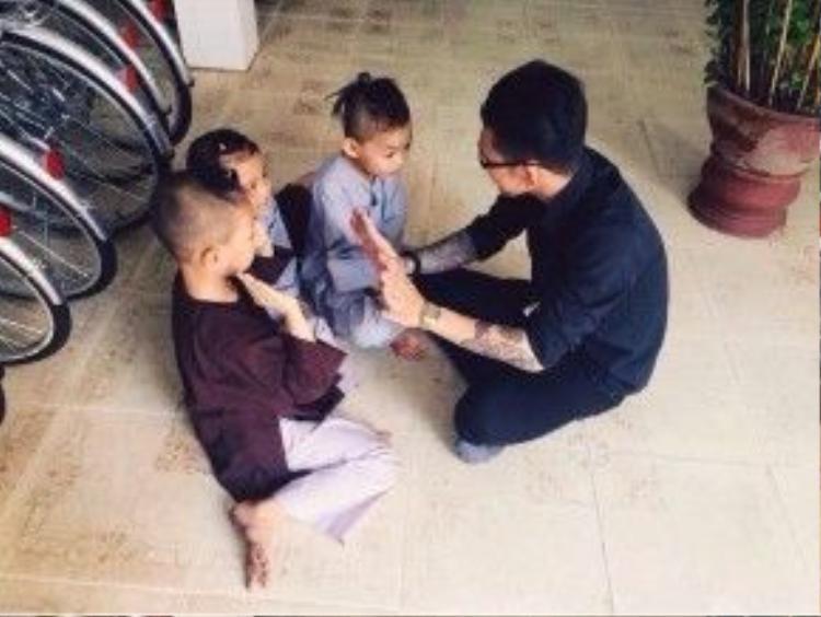 … đến trẻ em mồ côi trong chùa và các trung tâm bảo trợ xã hội.