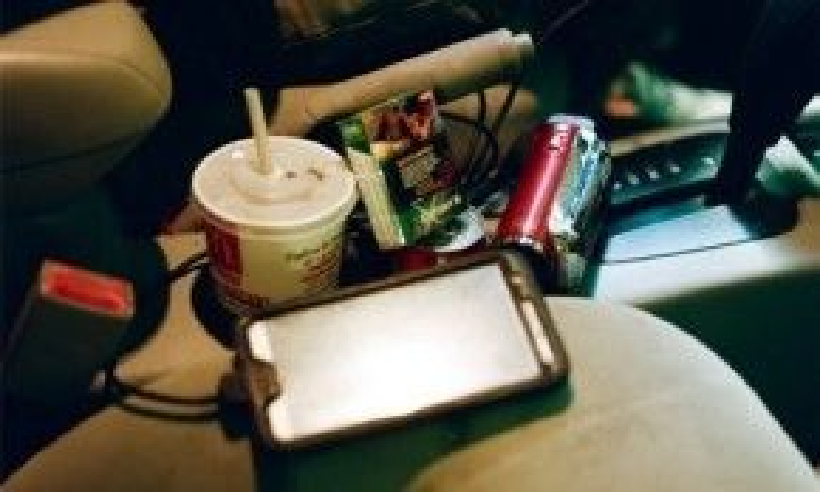 Điện thoại và máy quay phim là hai đồ nghề rất quan trọng của Payne. Ảnh: Vice.