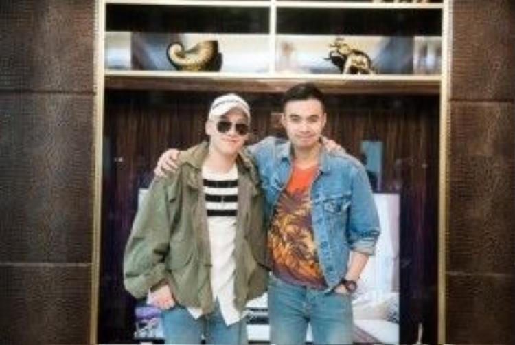 Chiếc áo denim jacket mà anh chàng diện trong bức ảnh cùng Seung Ri cũng thuộc nhà mốt Saint Laurent.