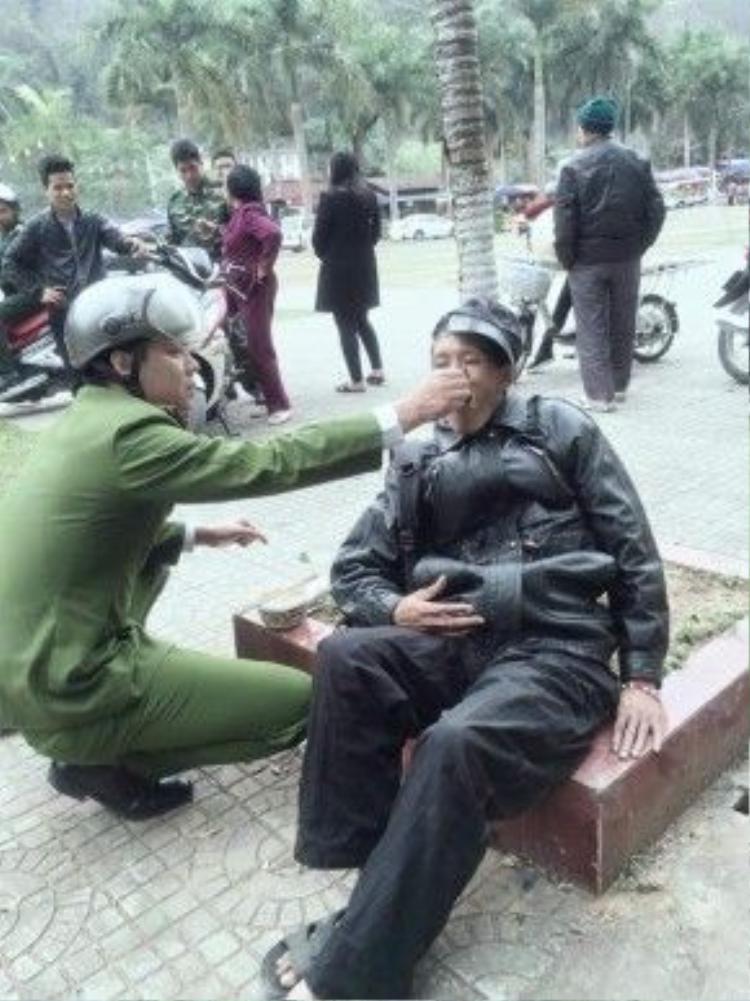 Chiến sĩ công an ân cần bón từng thìa đồ ăn cho người đàn ông đang kiệt sức vì đói.