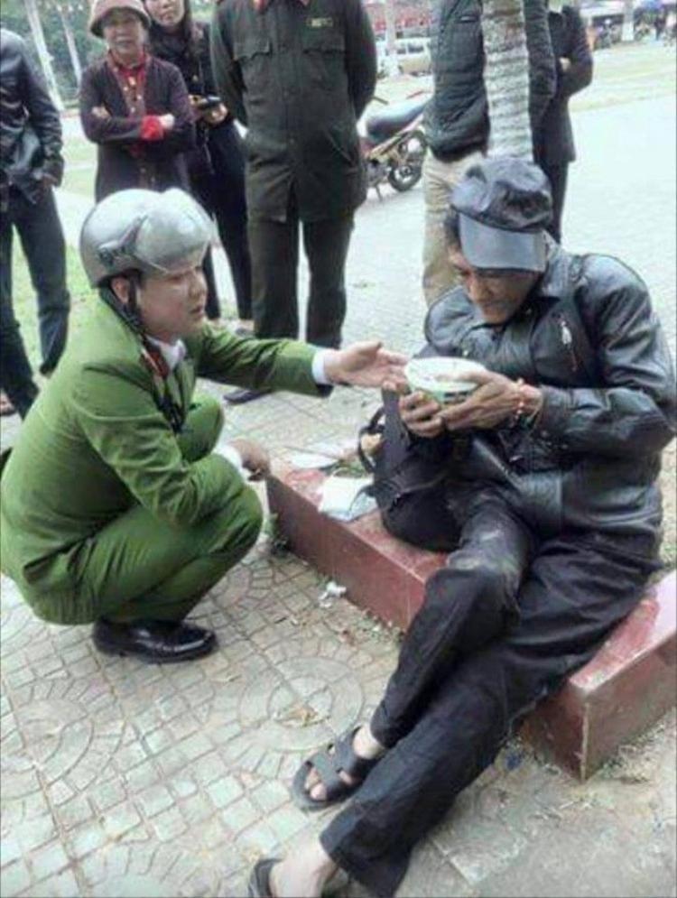 Hình ảnh đẹp về anh công an Lào Cai tốt bụng gây bão mạng
