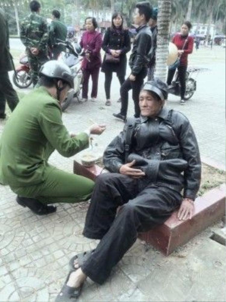 Những hành động đẹp như của người chiến sĩ này rất cần được nhân rộng trong xã hội.