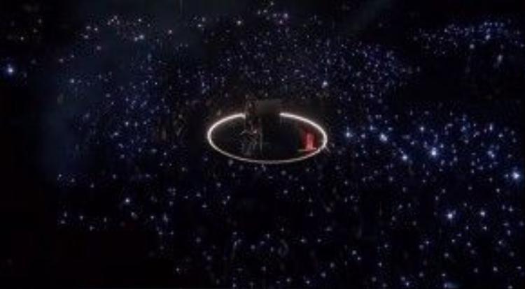 Bên dưới, khán giả cùng những chiếc đèn flash sáng loáng, hòa nhịp theo 'Stone Cold'