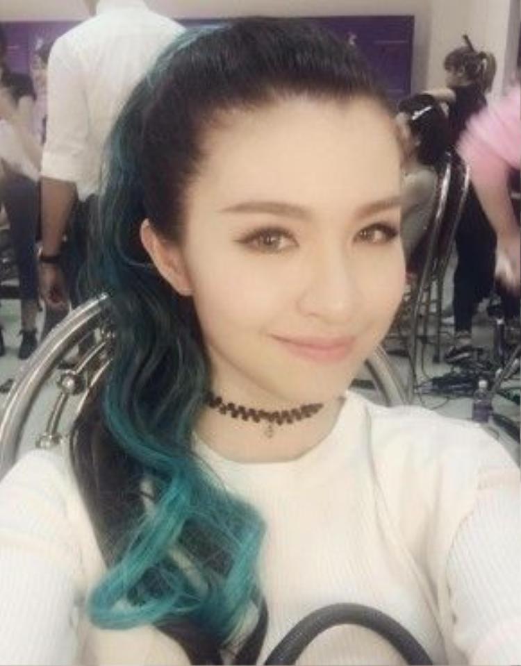 Hồng Vịnh cũng gây ấn tượng trong phần trình diễn của S-Girl với ngoại hình cực xinh xắn…
