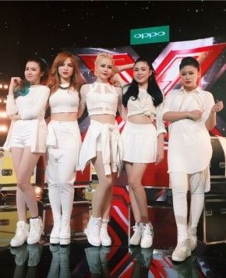 S-Girls với trang phục ton-sur-ton cực chấttrong tập 1 Vòng Hội Ngộ. Từ trái sang phải: Hồng Vịnh (Shin), Chung Thương (Jojo), Kim Thành, Lưu Hiền Trinh, Hạnh Nguyên.
