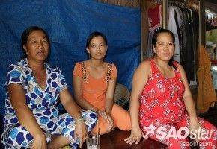 Vợ Lẹ (áo cam) đang mang thai tháng thứ 3 ngóng tin chồng còn vợ Giang (áo đỏ) sắp sinh nhưng buồn vì chồng vẫn đang bị tạm giữ.
