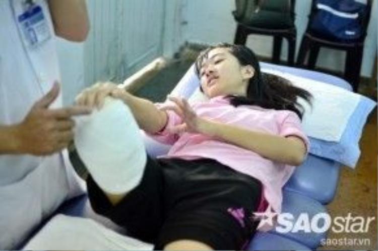Dù vẫn còn phần đau đớn nhưng nữ sinh luôn cố gắng thực hiện các động tác được bác sĩ hướng dẫn.