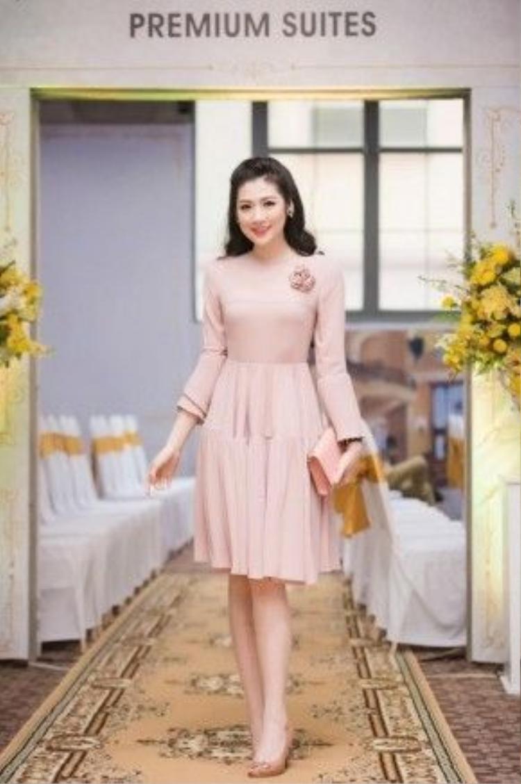 Với nước da trắng cùng thân hình chuẩn mực, nàng Á hậu Tú Anhthường xuyên kết thân với những chiếc váy cổ điển, nữ tính. Xuất hiện tại một bữa tiệc, Tú Anh trông vô cùng thanh tao, ngọt ngào trong chiếc váy màu hồng thạch anh. Cô nàng phối cùng phụ kiện ton-sut-ton với chiếc váy.