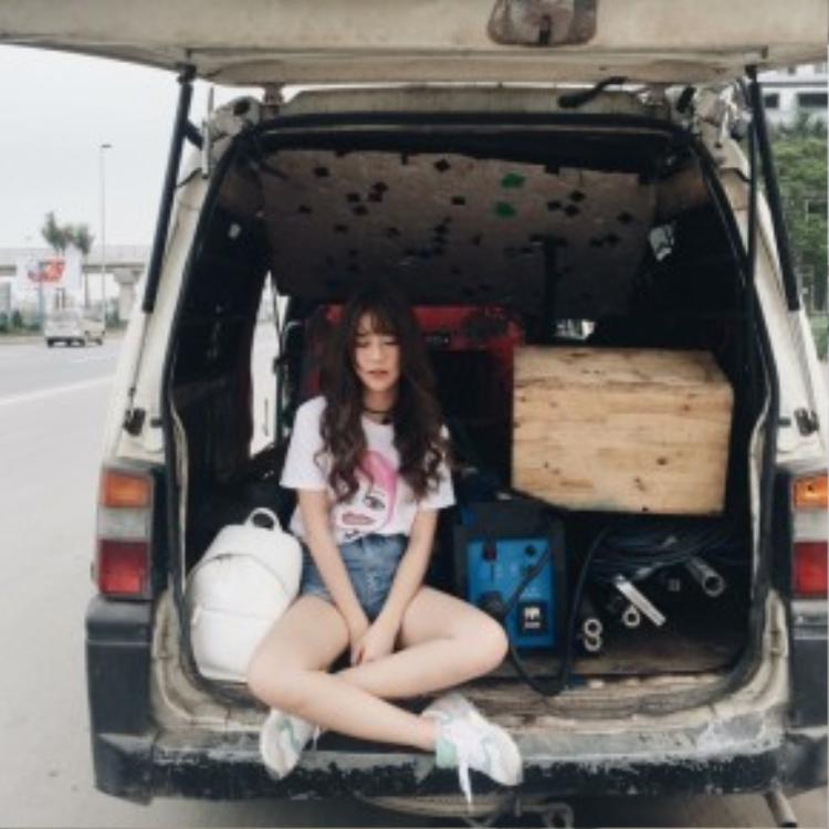 Quỳnh Anh Shyn lựa chọn streetstyle năng động, thoải mái với short jean cùng áo T-shirt in hình ngộ nghĩnh.