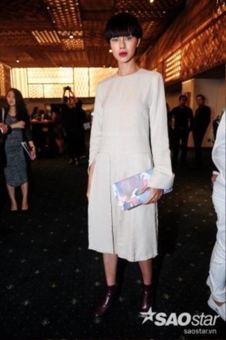 Người mẫu Hà Kino cũng xuất hiện. Cô vừa đánh dấu tên tuổi của mình một cách vô cùng ấn tượng bằng việc góp mặt tại các show trình diễn lớn tại Milan (Ý).