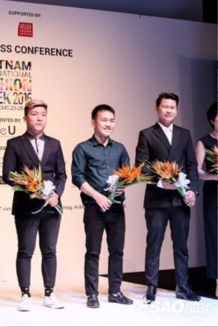 Các nhà thiết kế tham dự tuần lễ thời trang lần này lên nhận hoa từ ban tổ chức.