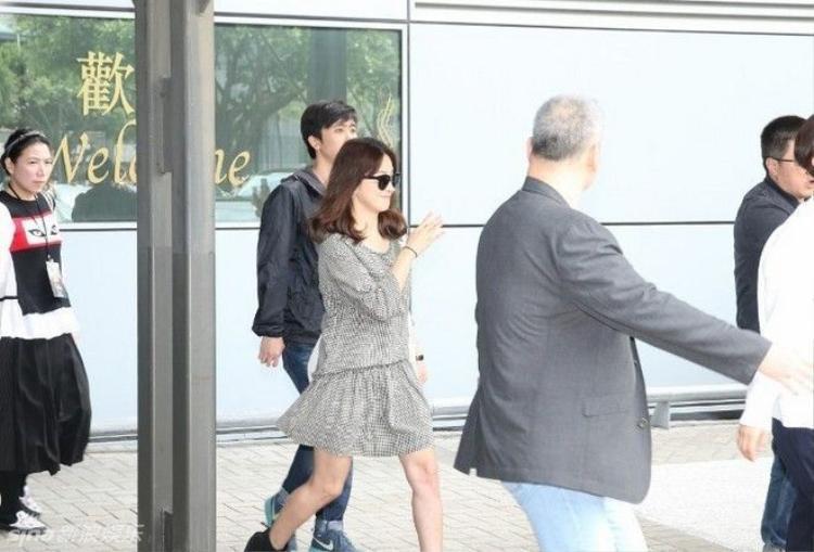 Song Joong Ki và Song Hye Kyo gây bão ở sân bay Hong Kong