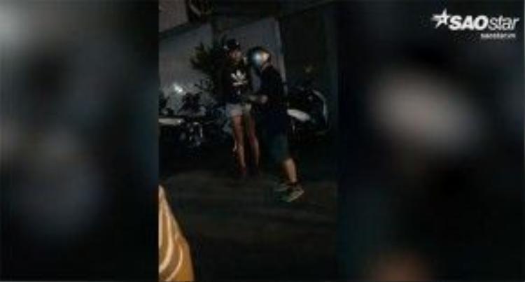 Tiến Đạt bị bắt gặp lái xe máy đón Mâu Thủy đi ăn uống rồi đưa chân dài về nhà.