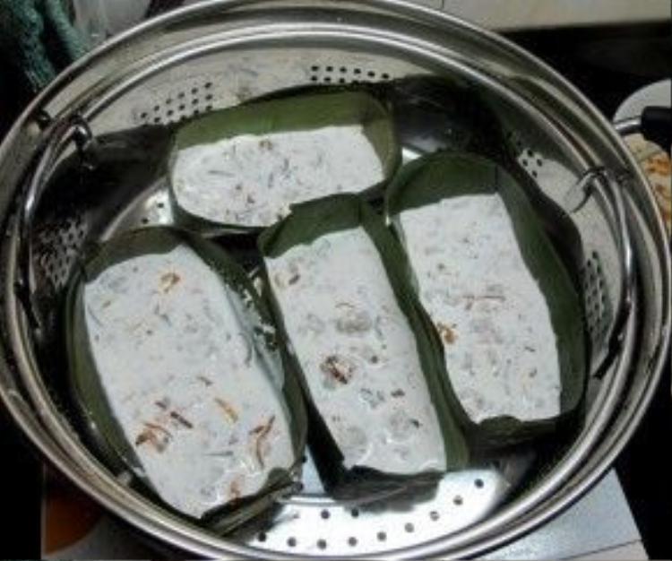 Bánh bèo Hải Phòng được pha bột giống như những loại bánh bèo khác, nhưng được đóng khuôn trong lá chuối và hấp trên xửng.