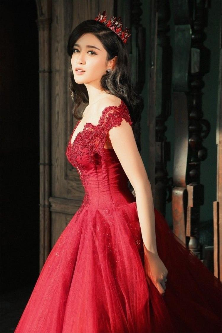 Á hậu Huyền My đẹp yêu kiều với váy dạ hội