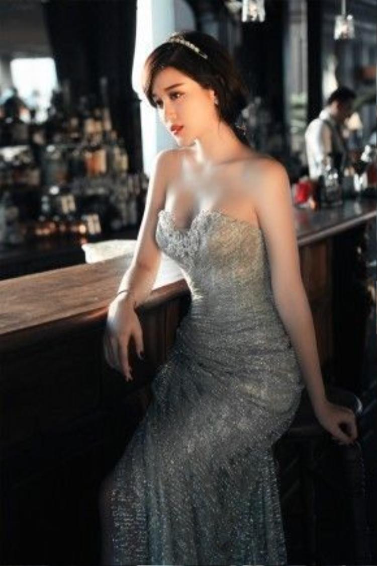 Ở bộ trang phục thứ hai, Huyền My thể hiện vẻ ngoài có phần đơn giản, thanh thoát hơn nhưng vẫn đẹp lung linh và yêu kiều.