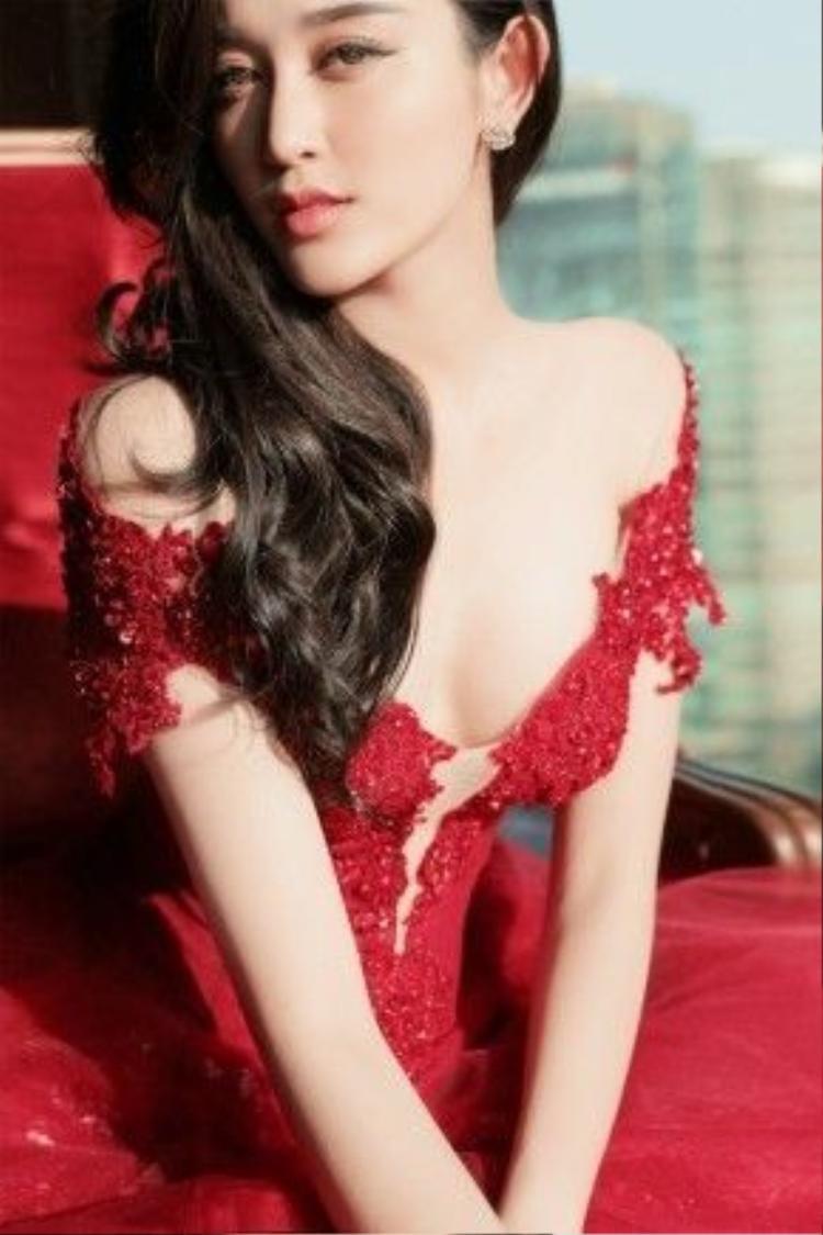 Bộ váy tôn vinh những đường cong cơ thể quyến rũ của Á hậu HHVN. Nhờ phong cách trang điểm trong suốt và mái tóc uốn xoăn một bên giúp mỹ nhân thể hiện những đường nét thanh tú trên gương mặt không góc chết.