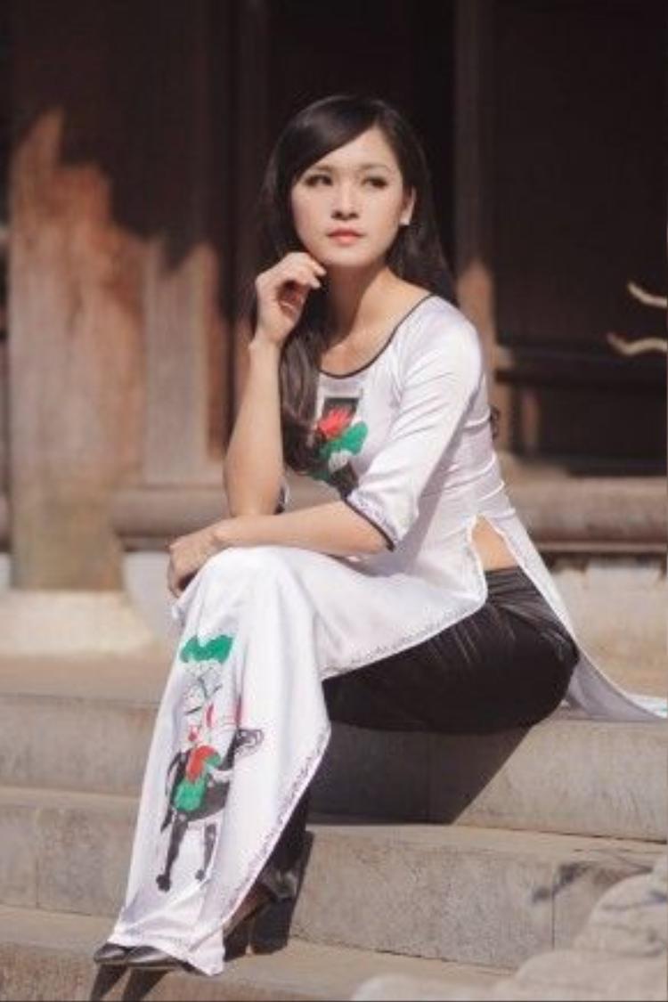 Sở hữu gu thời trang hiện đại, thời thượng nhưng Phương Thu vẫn cực kì xinh đẹp, dịu dàng trong tà áo dài truyền thống.