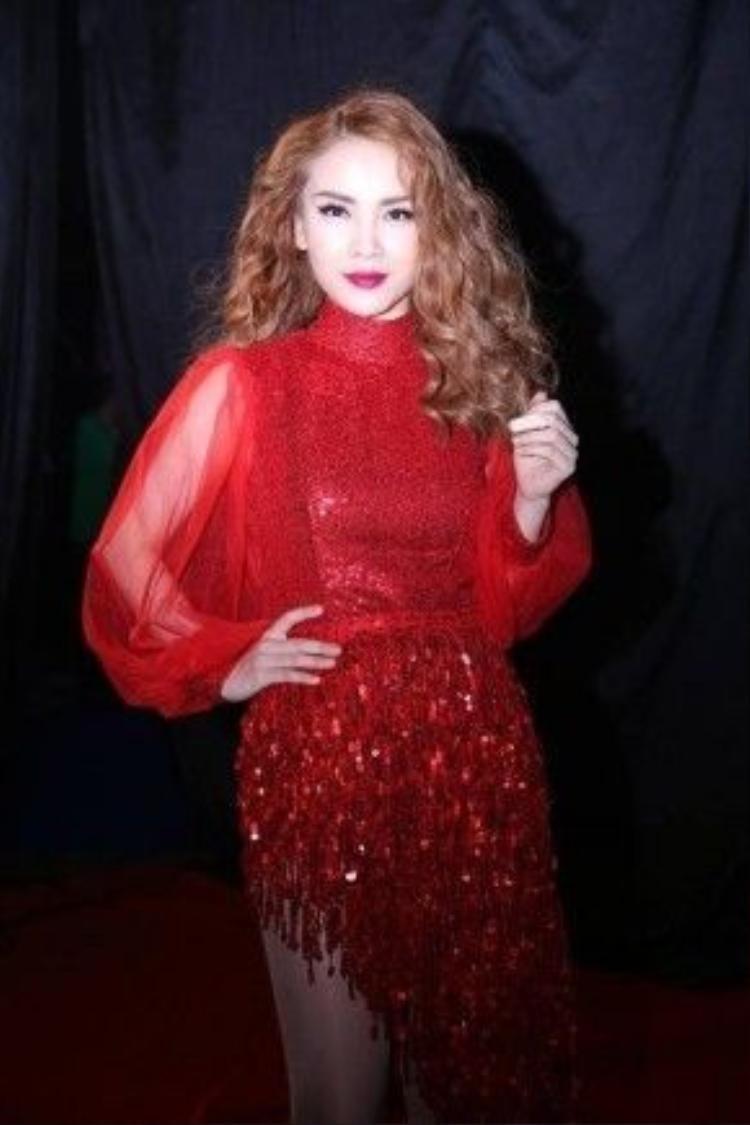 Trong đêm bán kết của cuộc thi bước nhảy hoàn vũ, Yến Trang khác lạ với mái tóc mì sợi mái lệch. Trông cô nàng vô cùng kiêu kì và quyến rũ cùng màu son đỏ.