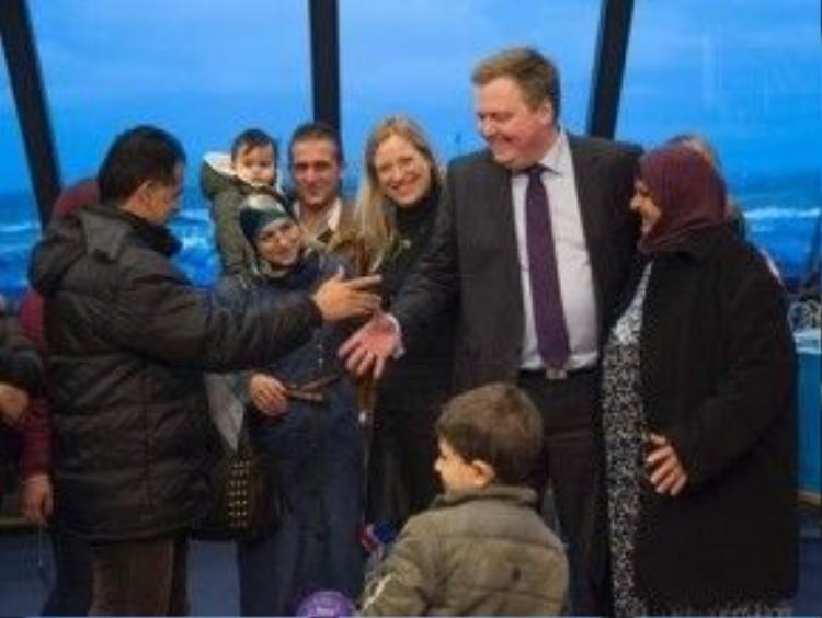 Thủ tướng Iceland Sigmundur Gunnlaugsson(giữa) chào đón người tị nạn Syria. Ảnh: AFP