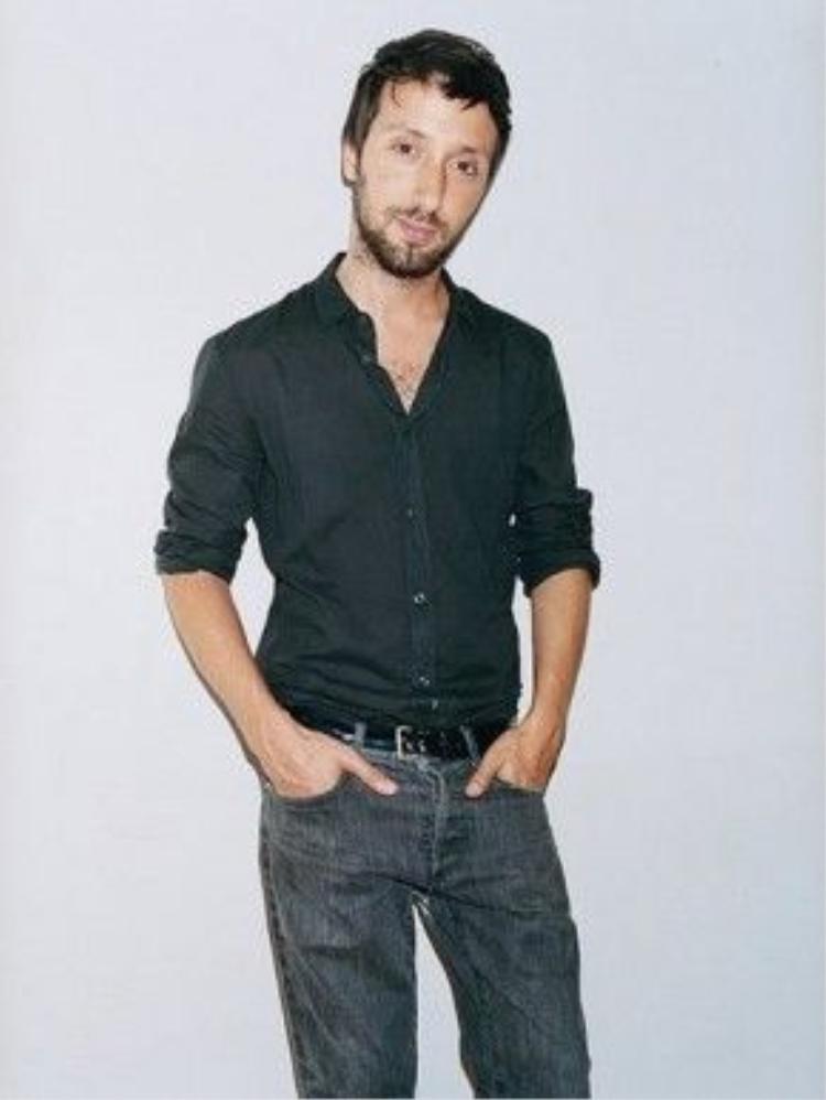 Anthony Vaccarello sinh năm 1982. Anh là người Bỉ gốc Ý. Kể từ khi lên năm tuổi, anh đã bắt đầu hứng thú với những show diễn thời trang, đặc biệt là sau show diễn của nhà mốt Versace trên TV.
