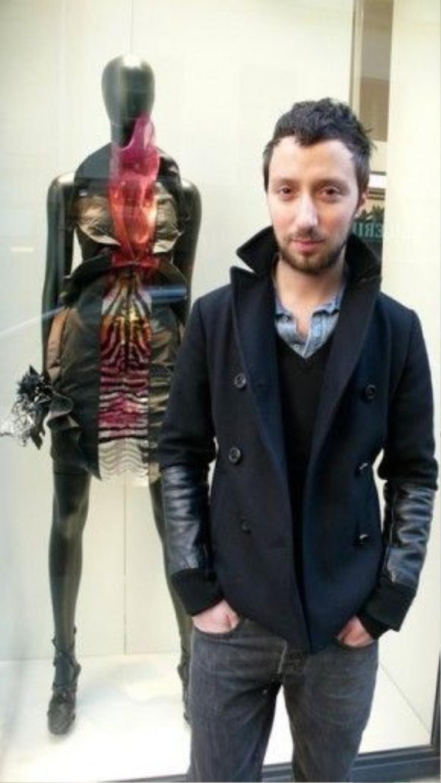 """1/2009, anh chuyển đến Paris theo tiếng gọi tình yêu. Bạn trai của anh,Arnaud Michaux làm việc cho nhà mốt Lanvin. Ở nơi xứ lạ quê người, anh tạo ra tiếng vang lớn khi được trưng bày 5 bộ trang phục """"haute-couture"""" trong một Boutique cao cấp có tên Maria Luisa."""