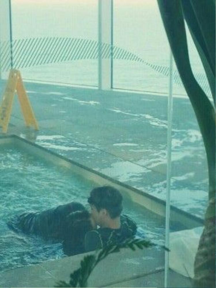 Bức ảnh được cho là cảnh khóa môi tại bể bơi của Kai và Krystal.