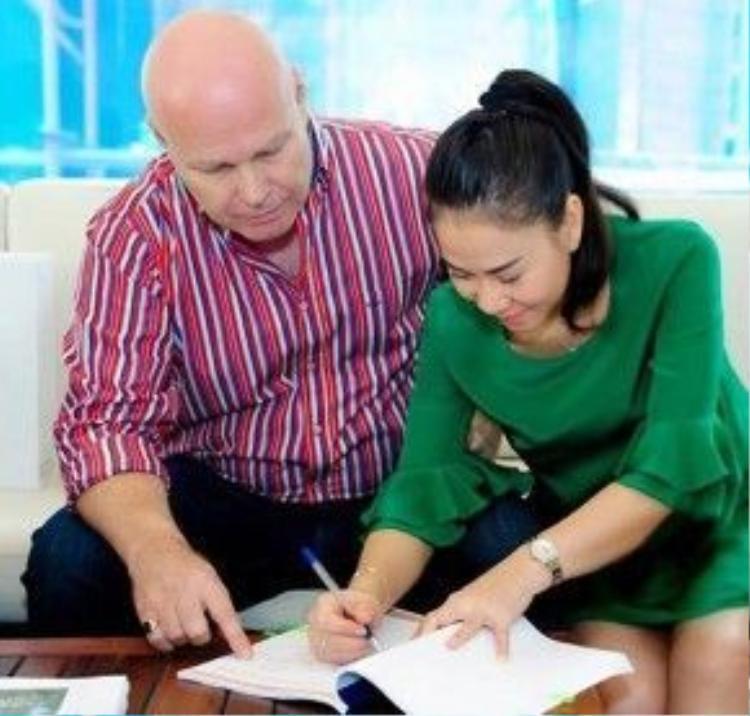 Hình ảnh vợ chồng Thu Minh trong lần đi ký hợp đồng mua nhà hồi đầu năm ngoái.
