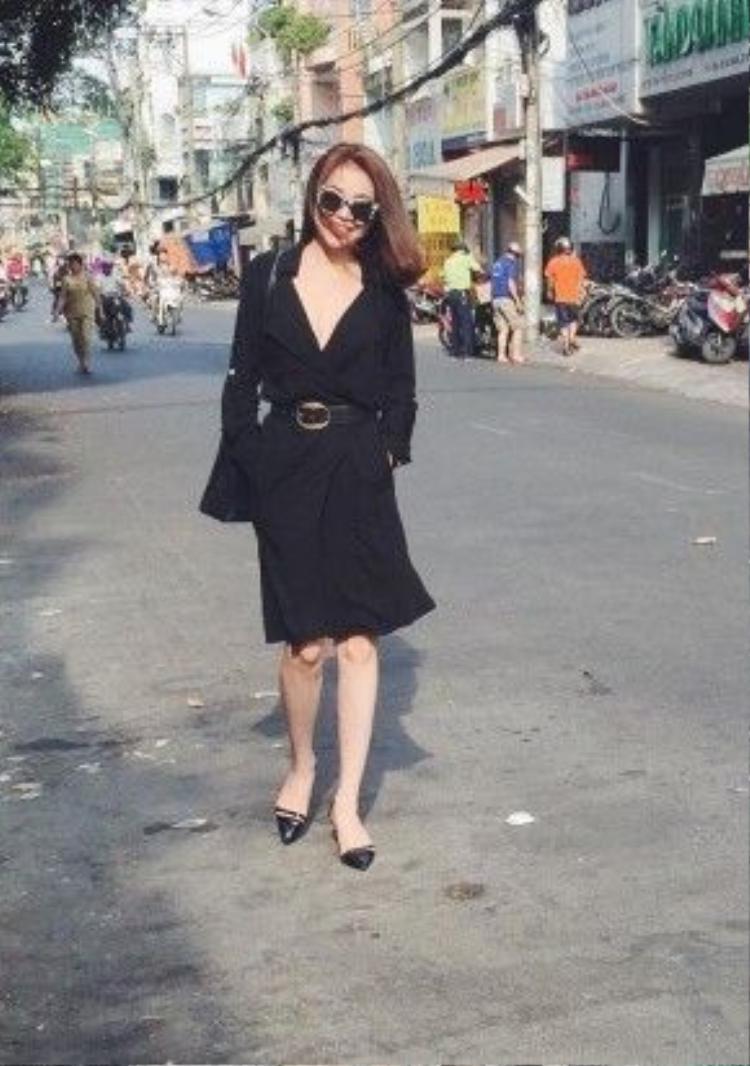 Cô ca sĩ Trà Ngọc Hằng trong chiếc váy đen tuyền sang trọng cách điệu từ chiếc áo sơmi có phần ống tay dài có thể ứng dụng linh hoạt cho phong cách văn phòng đến thời trang street style!