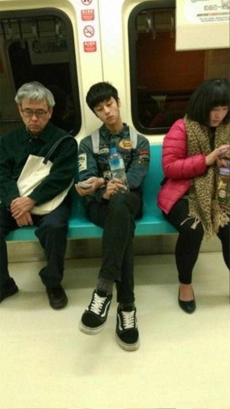 """""""Soái ca"""" ngồi dãy ghế đối diện trên tàu điện ngầm."""