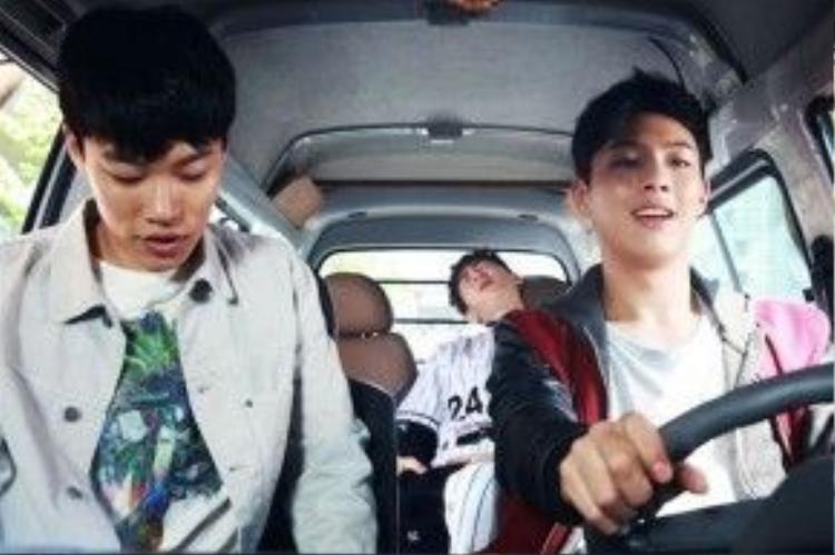 Trong Glory Day, bốn chàng trai trẻ cùng nhau đi du lịch trước khi Sangwoo (Suho) đi nghĩa vụ quân sự.