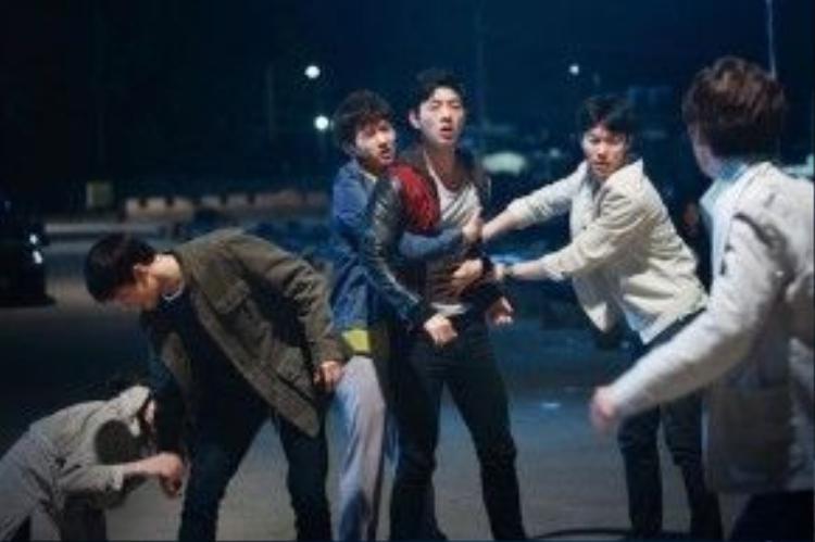 Thế nhưng sóng gió ập đến khi các chàng trai trẻ ẩu đả với người đàn ông và bị cảnh sát truy đuổi. Trong quá trình bỏ chạy, Sangwoo (Suho) gặp tai nạn và bị hôn mê.