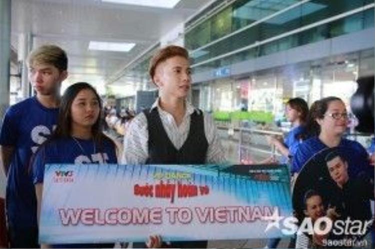 S.T đã có mặt từ rất sớm cùng fan để đón cặp đôi Huang Sida và Tian Yuan.