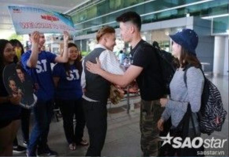 S.T vui vẻ chào đón hai vũ công quốc tế đến từ Trung Quốc.