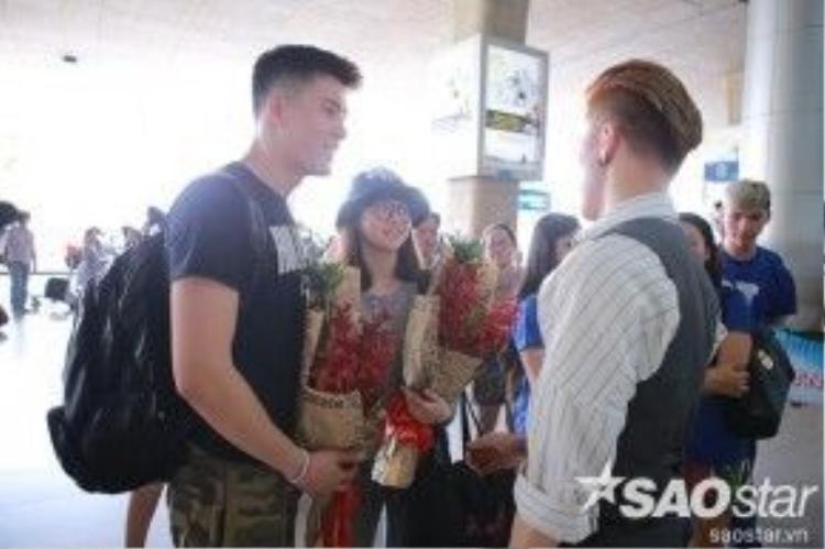 S.T còn dành tặng riêng cho cặp đôi bó hoa tươi thắm.