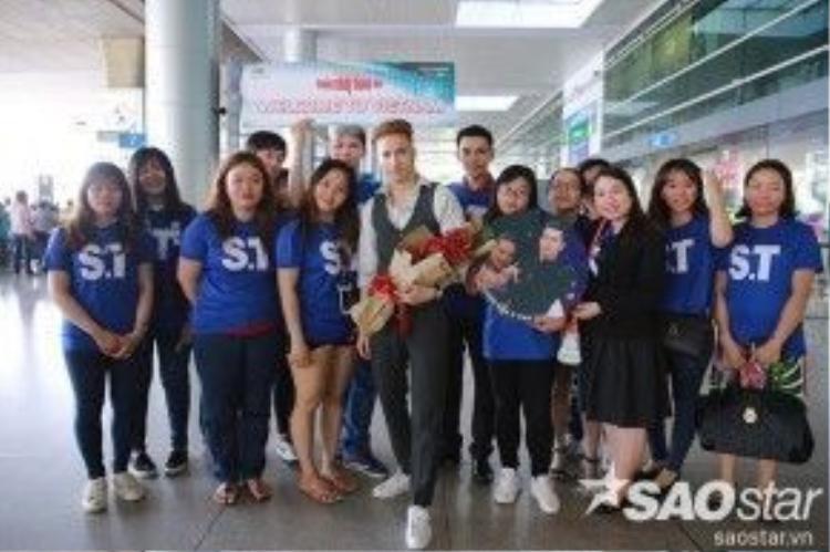Trong lúc chờ đợi, nam ca sĩ thân thiện chụp ảnh cùng fan hâm mộ.