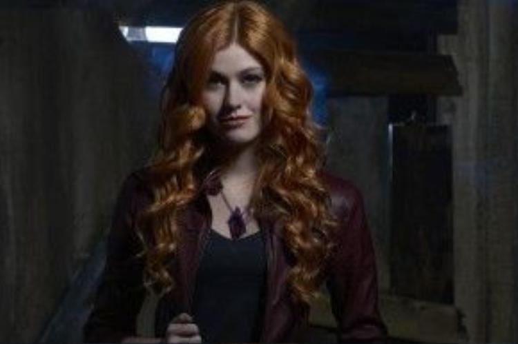 Nữ chính Clary (Katherine McNamara) có vẻ như không được lòng người xem như Clary của Lily Collins 3 năm trước.