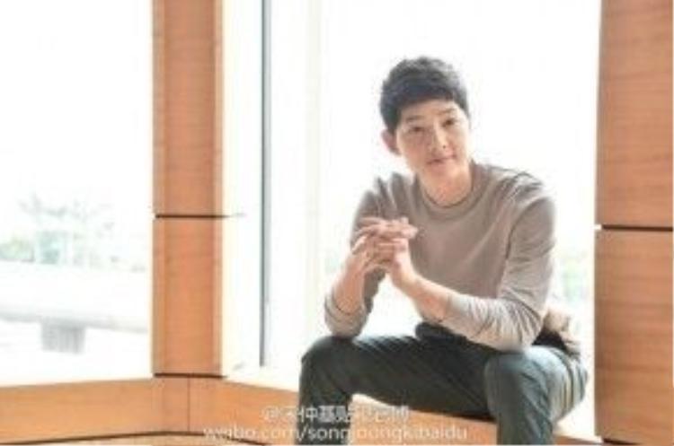 Hình ảnh của anh khi tham dự buổi phỏng vấn vào chiều 5/4 tại khách sạn.