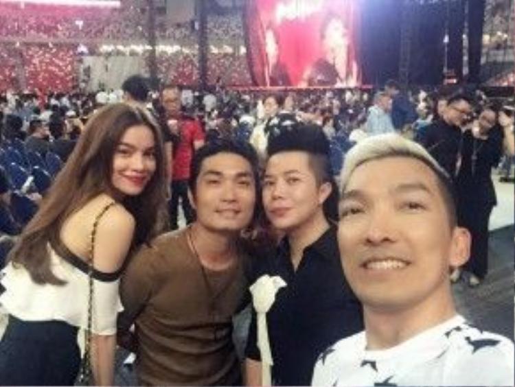 Hồ Ngọc Hà đi chơi ở Singapore, thông tin được cập nhật trên Facebook của một người bạn.