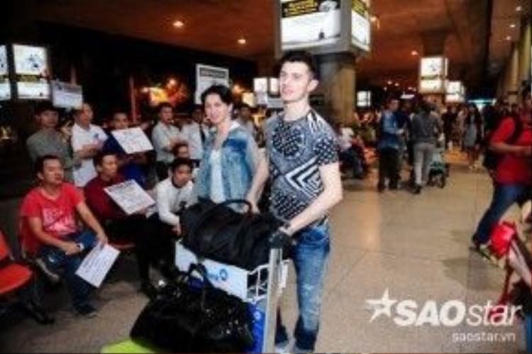 Giây phút cặp đôi Maksim Elfimov và Evgeniya Churikova xuất hiện tại sân bay.