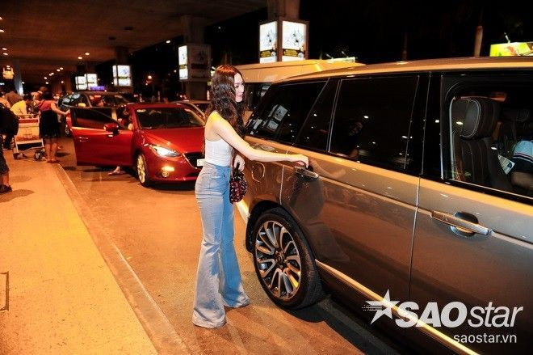 Khánh My xinh đẹp lúc nửa đêm tại sân bay đón vũ công đến từ Nga